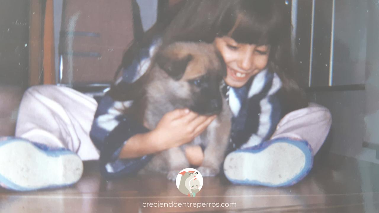 niña abraza perro primera vez juntos